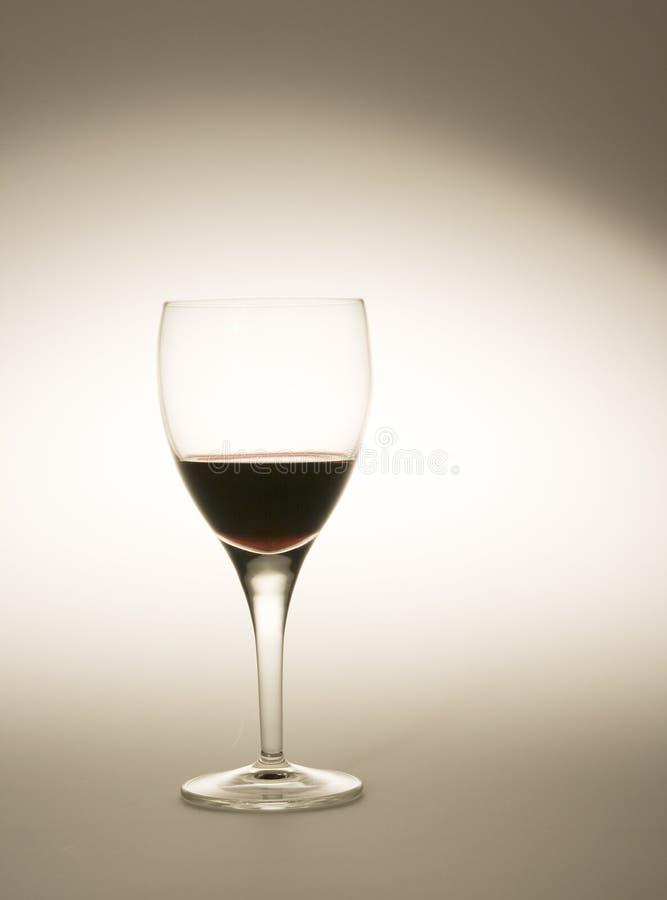 Vidro de vinho enchido com o vinho tinto fotos de stock royalty free