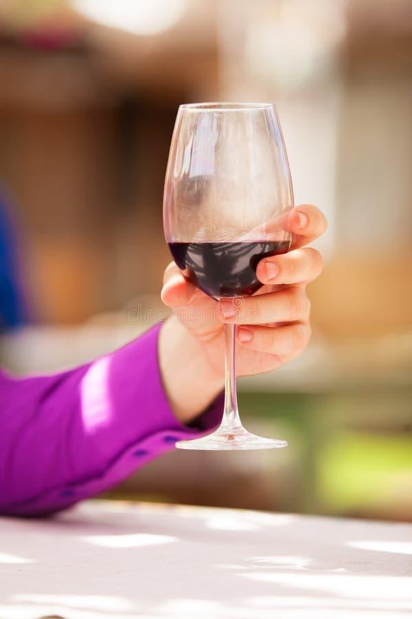 Vidro de vinho no café fotografia de stock
