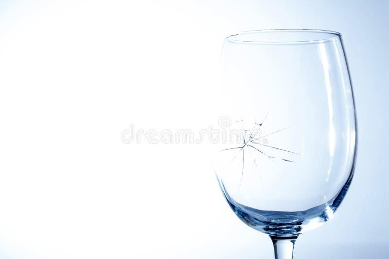 Vidro de vinho quebrado em um fundo azul fotos de stock
