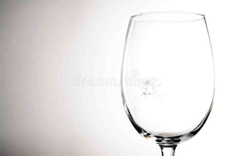 Vidro de vinho quebrado em um fundo cinzento foto de stock royalty free