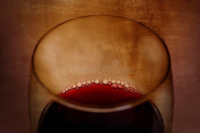 Vidro de vinho tinto espanhol com bolhas no fundo dos arty do grunge imagens de stock