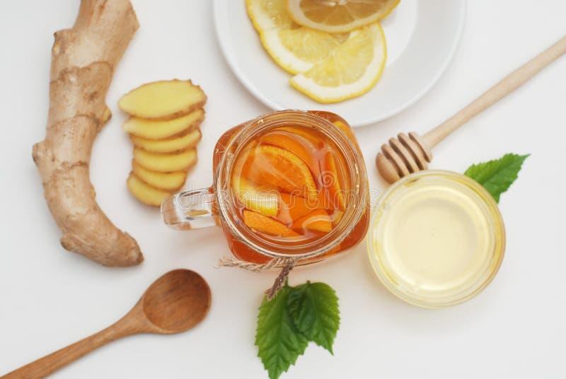 Vidro do anel-D do chá do fruto Gengibre, limão e mel Conceito do alimento natural Bebida saudável imagens de stock