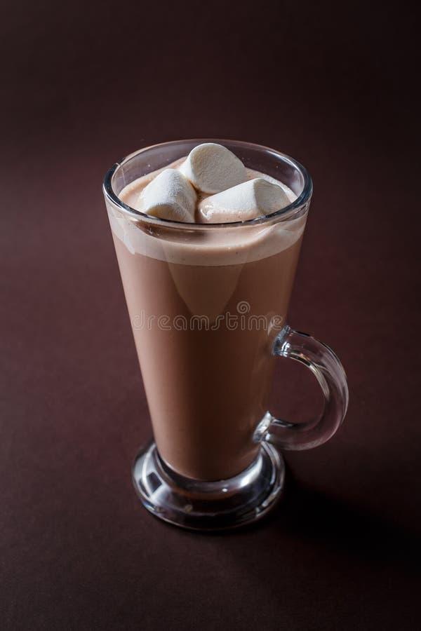 Vidro do cacau com os três marshmallows no CCB marrom escuro elegante imagens de stock royalty free