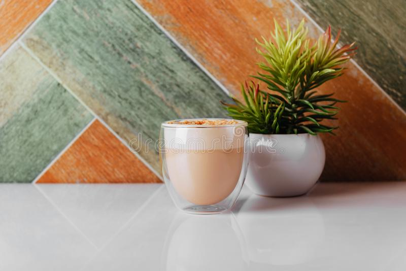 Vidro do café do latte na tabela clara fotografia de stock royalty free
