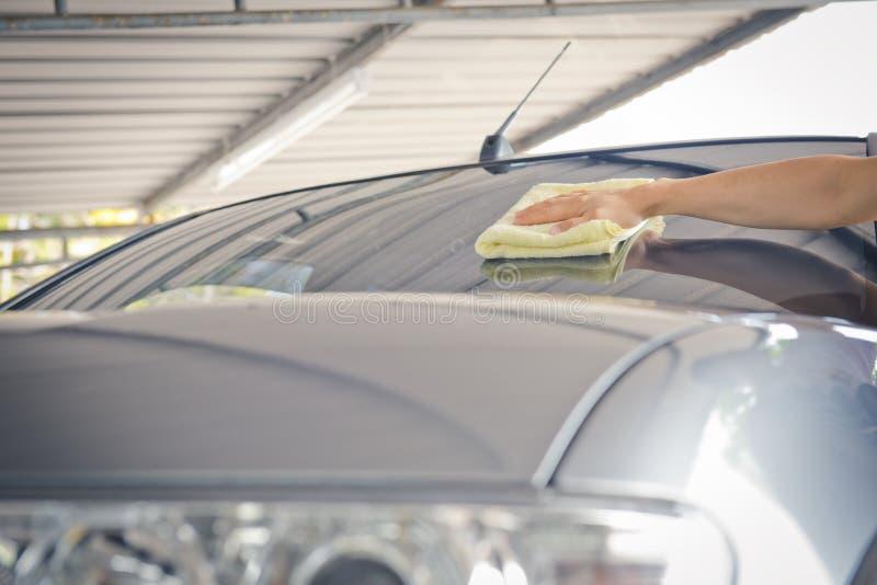Vidro do carro da limpeza da limpeza da mão fotos de stock royalty free