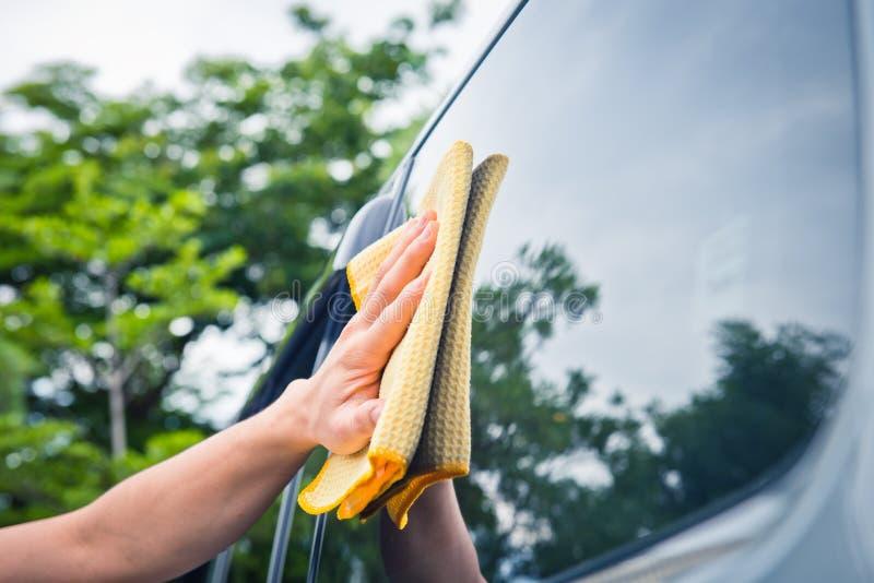 Vidro do carro da limpeza da limpeza da mão imagem de stock