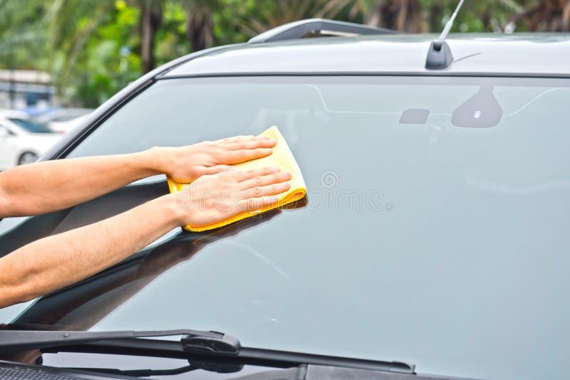 Vidro do carro da limpeza da limpeza da mão foto de stock royalty free