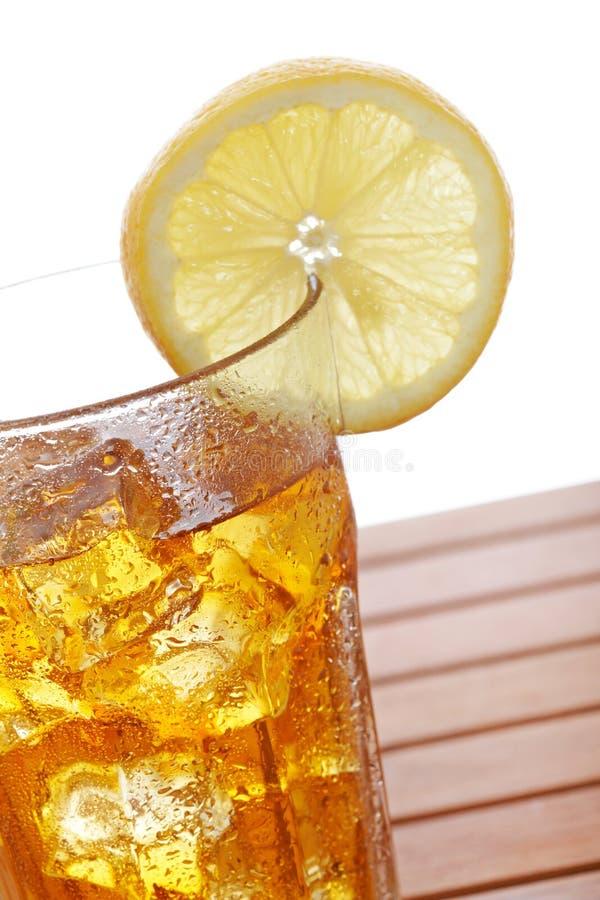 Vidro do chá de gelo com limão imagens de stock