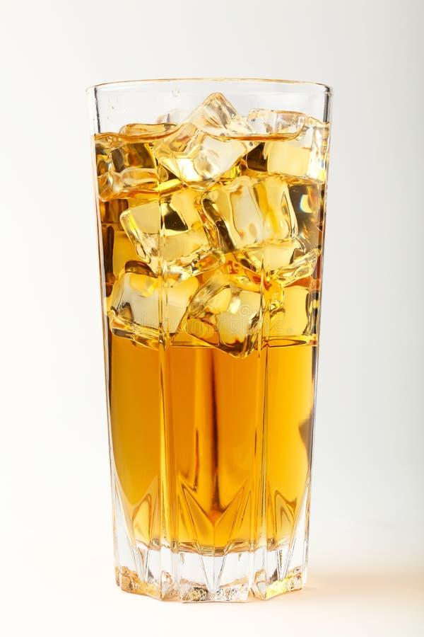 Vidro do chá frio com os cubos de gelo sobre o branco fotos de stock royalty free