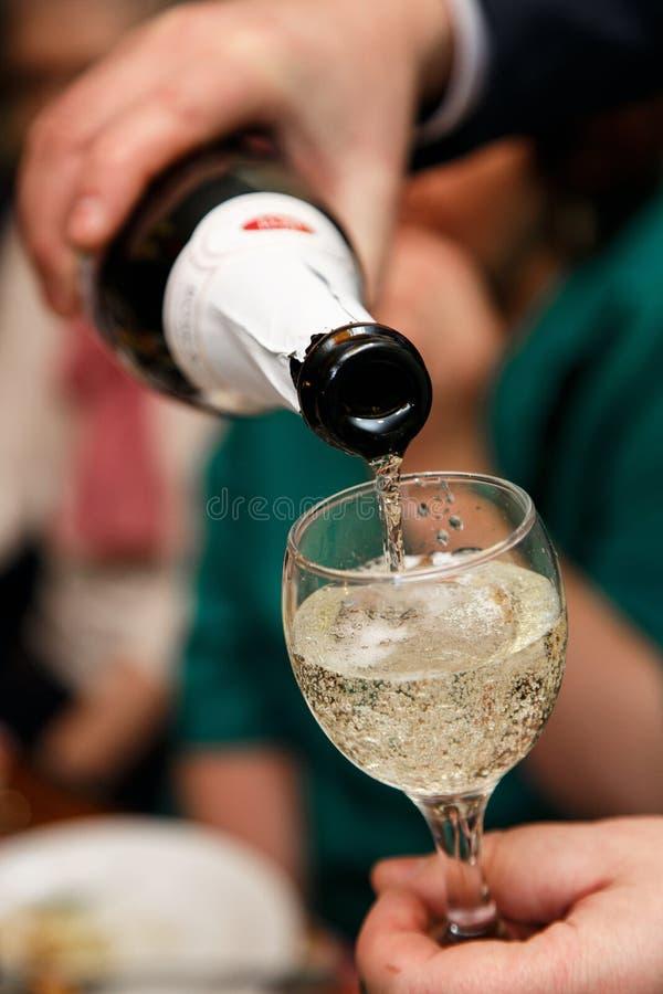 Vidro do champanhe Bolhas de ar no champanhe Vidro de vidro disponivel feriado Tabela festiva Natal Restaurante fotos de stock royalty free