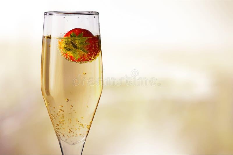 Vidro do champanhe com a morango no borrado imagem de stock royalty free