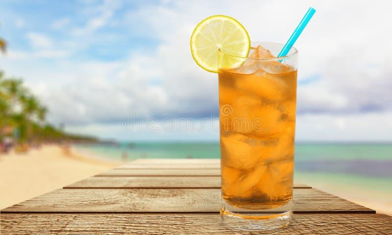 Vidro do cocktail do álcool na praia tropical fotos de stock royalty free