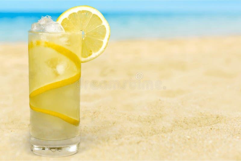 Vidro do cocktail do álcool na praia tropical foto de stock