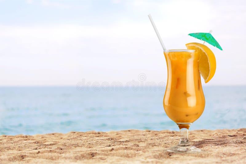 Vidro do cocktail do álcool na praia tropical foto de stock royalty free
