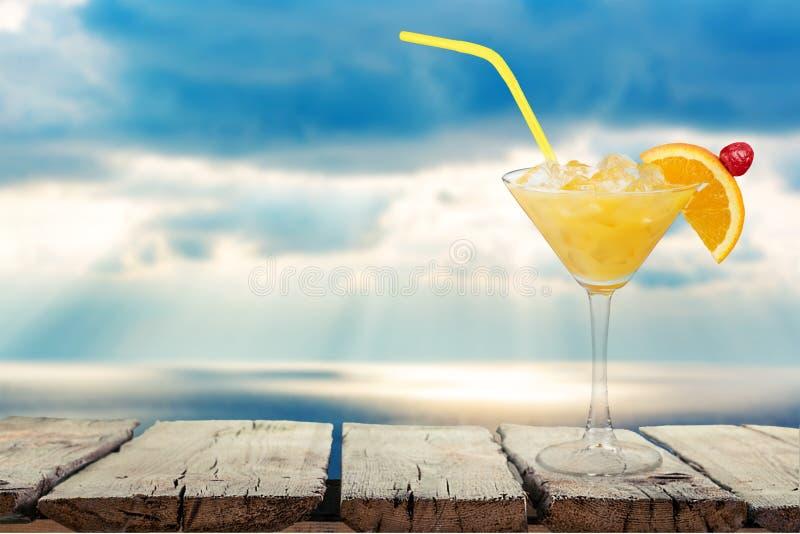 Vidro do cocktail do álcool na praia tropical imagens de stock royalty free
