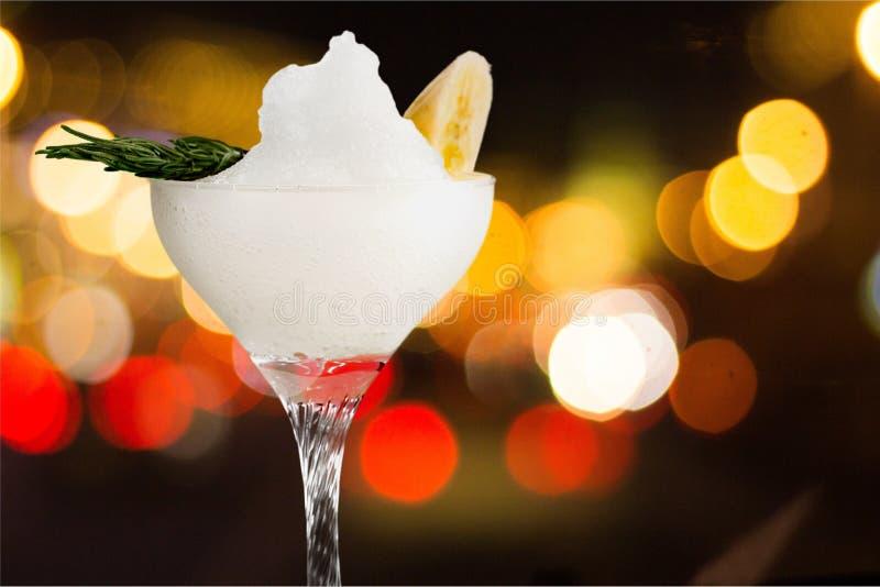 Vidro do cocktail do álcool no fundo imagens de stock