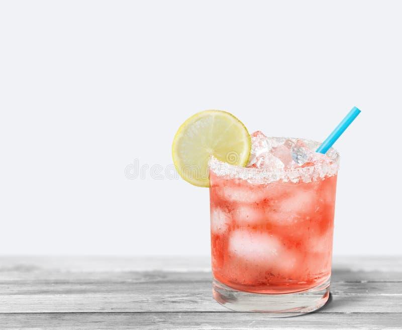 Vidro do cocktail do álcool no fundo claro foto de stock royalty free