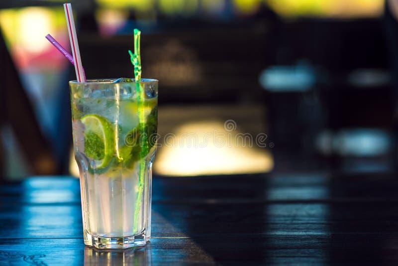 Vidro do cocktail do mojito com sraws bebendo na tabela de madeira fotos de stock royalty free