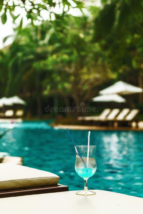 Vidro do cocktail no sundeck na piscina fotografia de stock royalty free