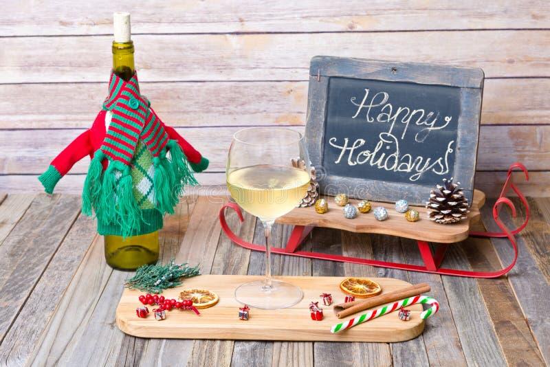 Vidro do feriado do vinho branco com sinal do quadro foto de stock royalty free