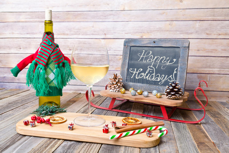 Vidro do feriado do vinho branco com sinal do quadro fotografia de stock