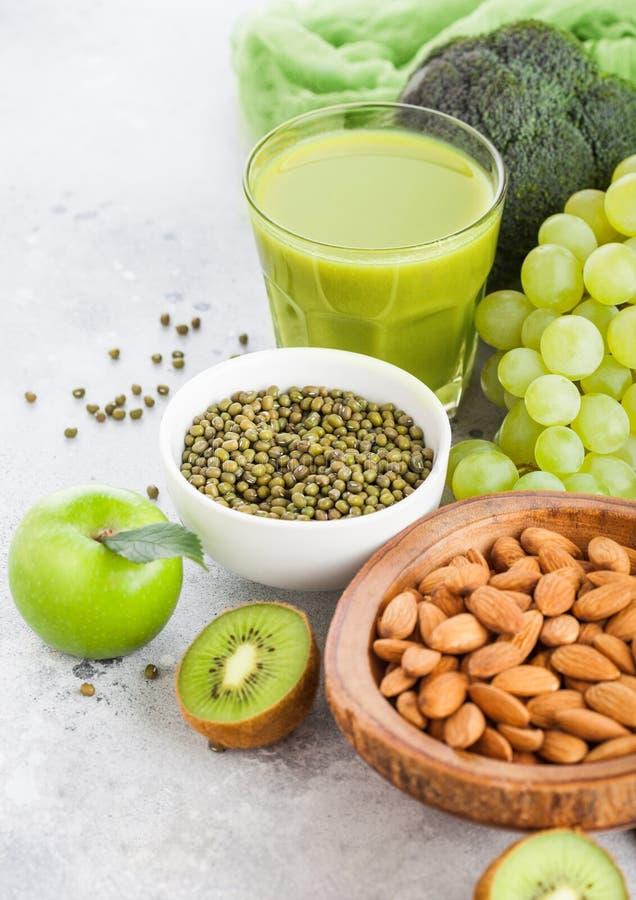 Vidro do fruto tonificado verde orgânico e do vege do suco fresco do batido fotos de stock