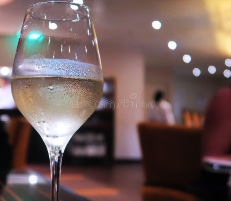 Vidro do fundo borrado vinho refrigerado imagens de stock