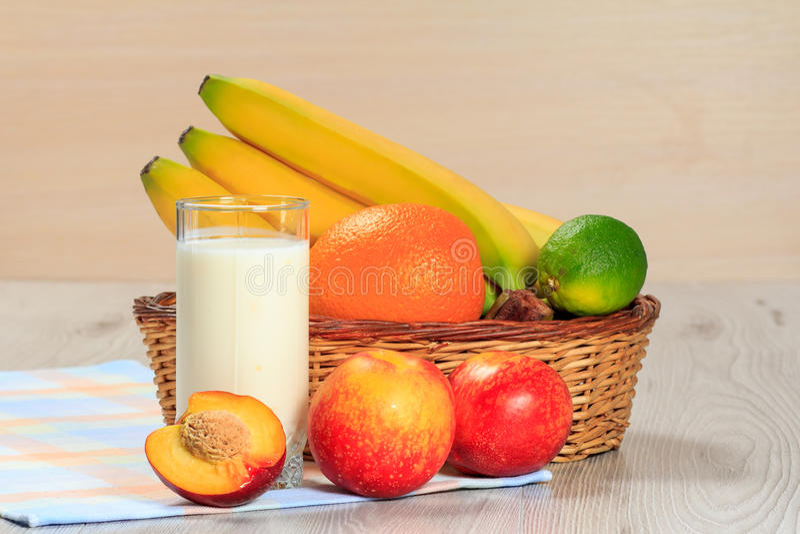 Vidro do iogurte com hortelã e as morangos frescas, nectarina, li foto de stock royalty free
