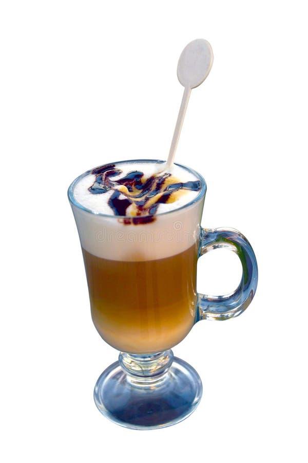 Vidro do latte, o café com espuma/chantiliy e o chocolate ou café vienense quente isolado no fundo branco imagem de stock