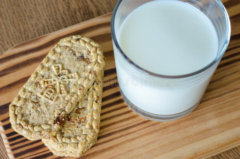 Vidro do leite com as cookies wholegrain na mesa de madeira Vista superior fotografia de stock