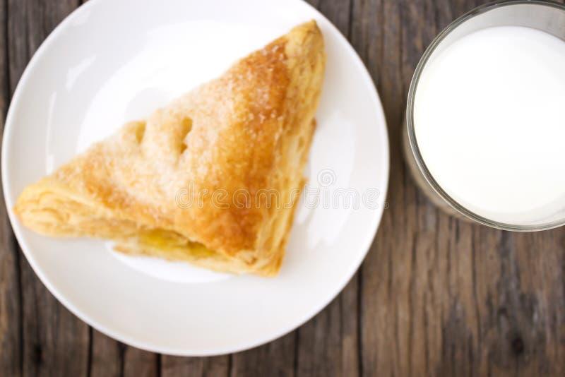 Vidro do leite com torta friável imagens de stock royalty free