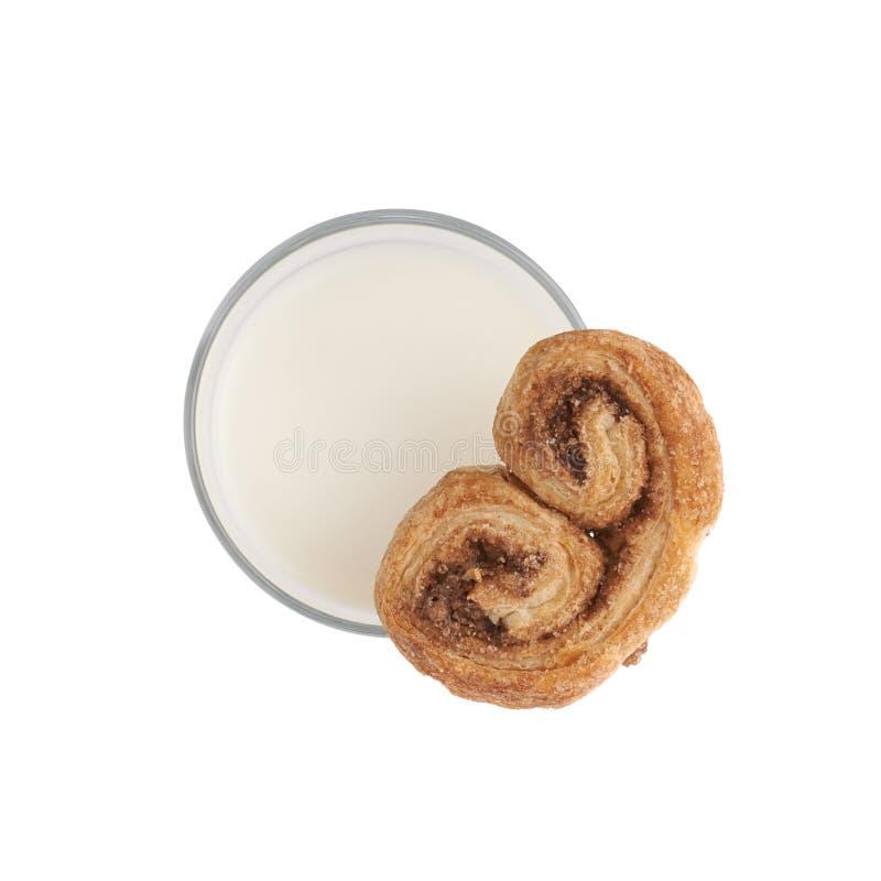 Vidro do leite e da cookie isolados sobre o fundo branco imagem de stock