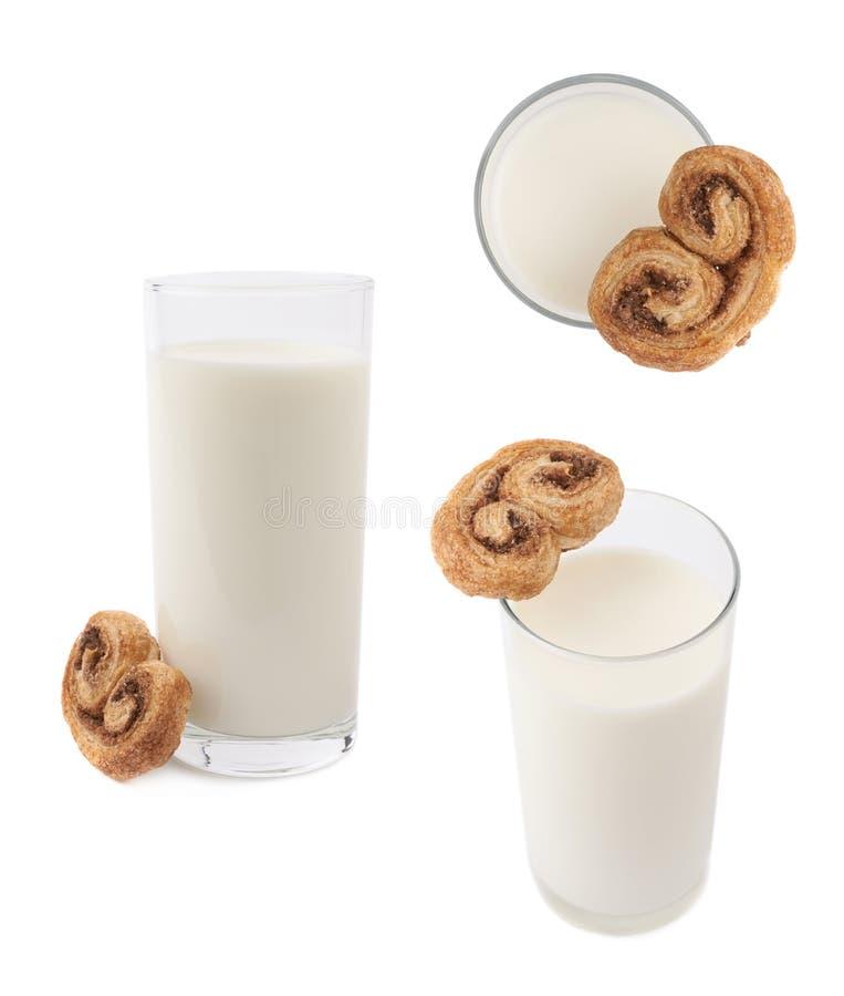 Vidro do leite e da cookie isolados sobre o fundo branco fotografia de stock
