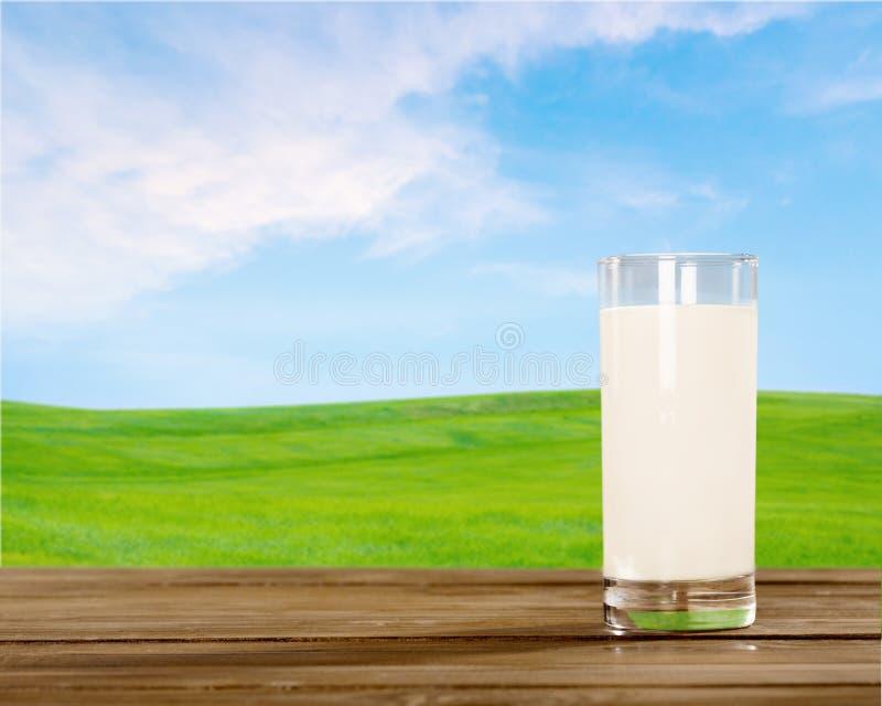 Vidro do leite fresco na tabela de madeira imagem de stock royalty free