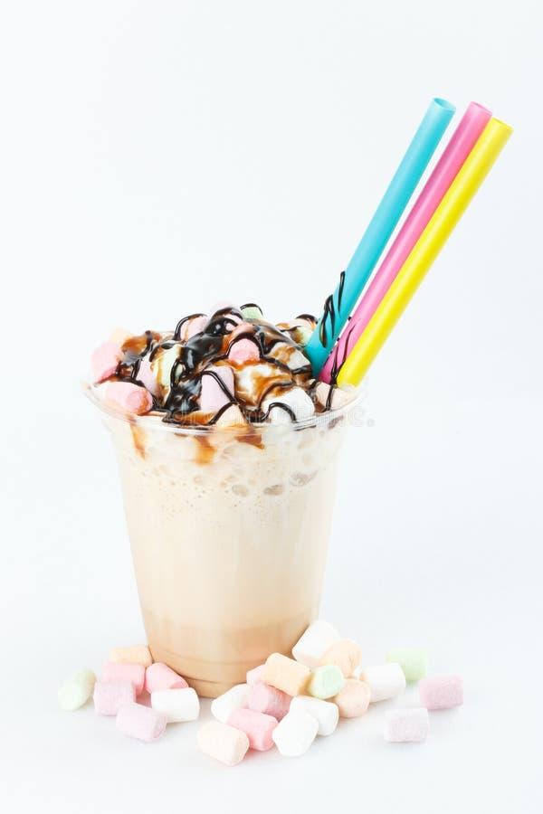 Vidro do milk shake do chocolate isolado no fundo branco O milk shake do funfetti da baunilha com chantiliy e polvilha fotografia de stock