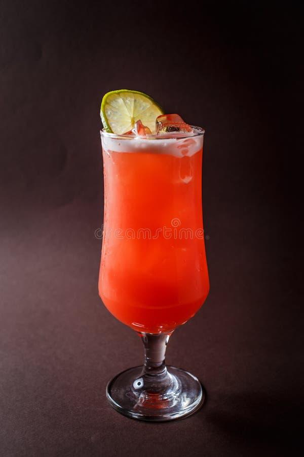Vidro do rum com suco de abacaxi e parte de cal em d elegante fotos de stock royalty free