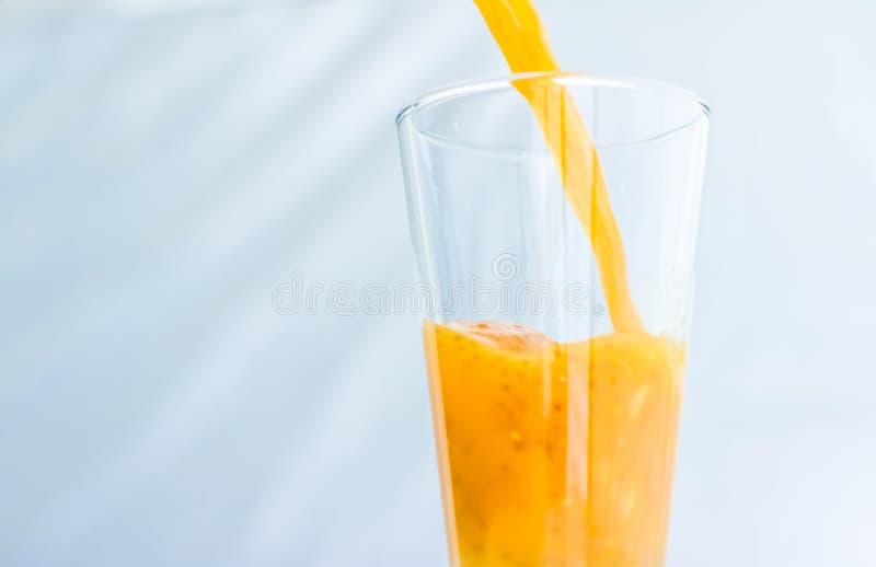 Vidro do suco alaranjado do batido de fruta com as sementes do chia para a desintoxica??o da dieta, receita perfeita do caf? da m fotos de stock