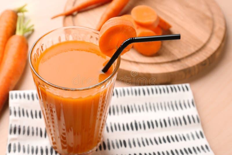 Vidro do suco de cenoura com fatias imagens de stock royalty free