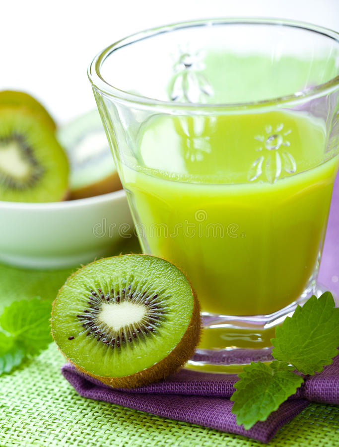 Vidro do suco de fruta do quivi fotografia de stock royalty free