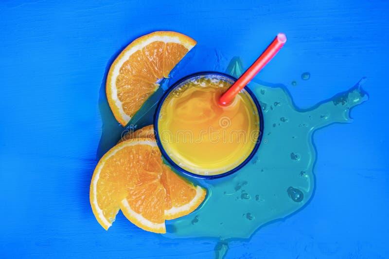 Vidro do suco de laranja de cima na tabela do azul do vintage Pronto vazio para seus suco de laranja, exposição do produto do fru fotos de stock