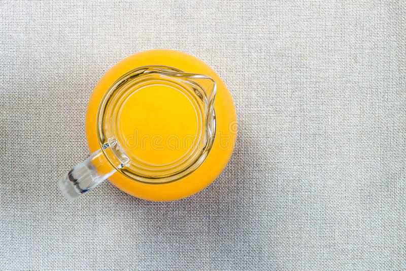 Vidro do suco de laranja de cima de, vista superior no pano de saco b de serapilheira foto de stock