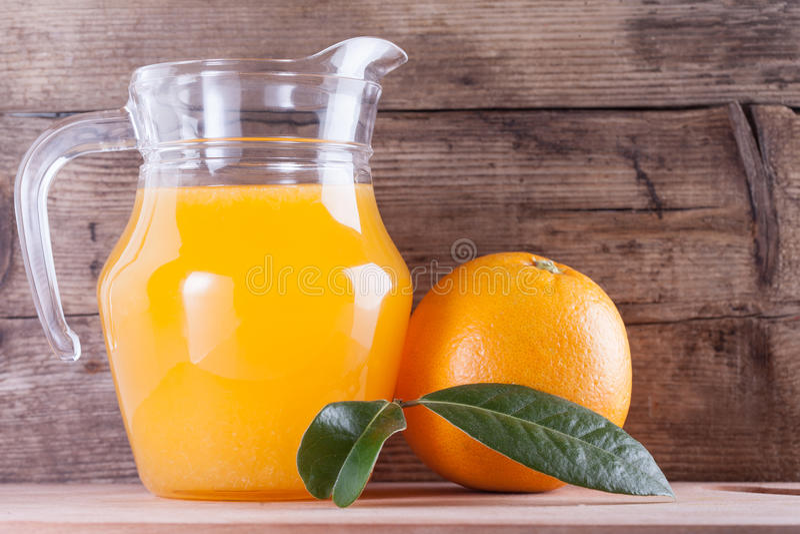 Vidro do suco de laranja na tabela de madeira, bebida fresca fotografia de stock royalty free