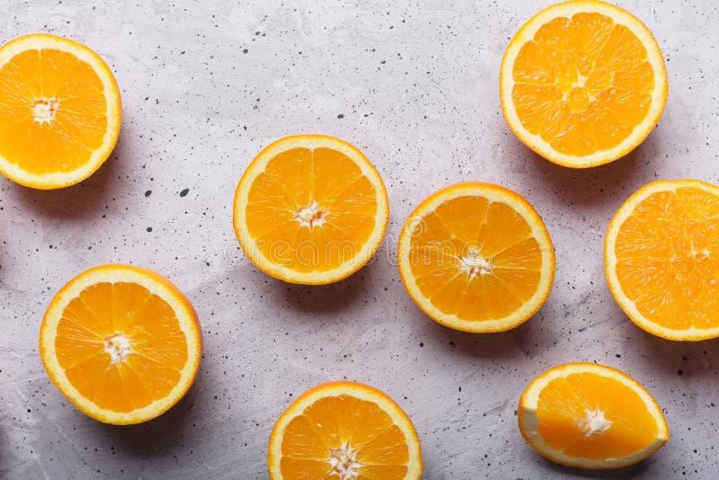 Vidro do suco de laranja no fundo cinzento, vista superior com espaço da cópia imagens de stock