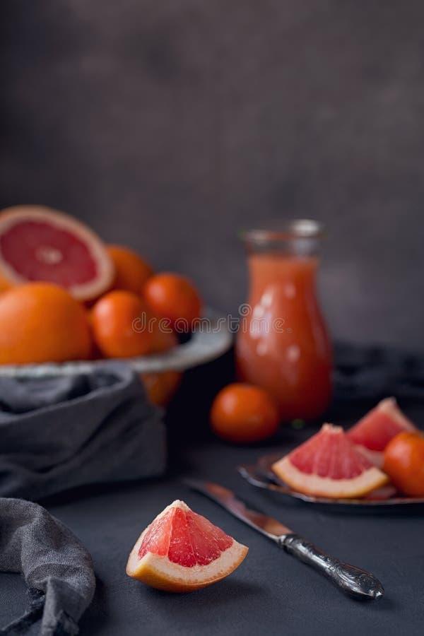Vidro do suco de toranja recentemente espremido com a USC fresca do citrino imagens de stock royalty free