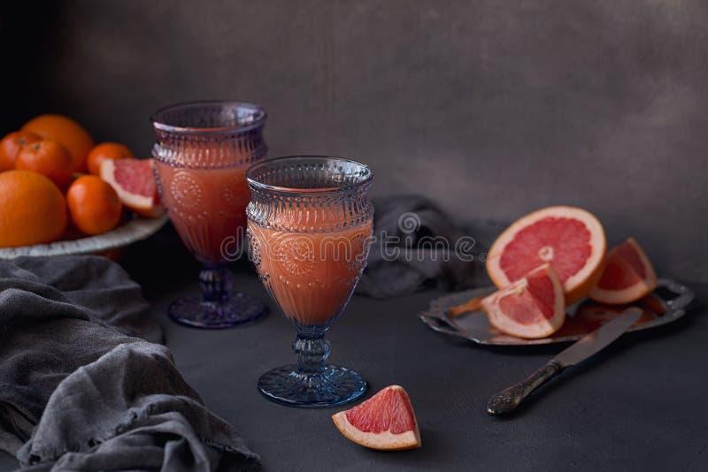 Vidro do suco de toranja recentemente espremido com a USC fresca do citrino fotografia de stock royalty free