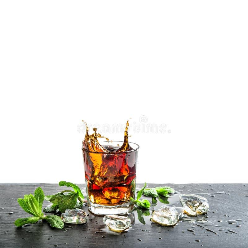 Vidro do suco do aperitivo do cocktail das folhas de hortelã do gelo da bebida da cola fotografia de stock royalty free