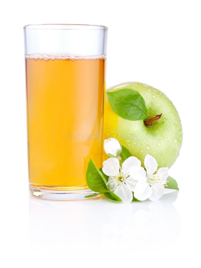 Vidro do sumo de maçã, de maçãs verdes e de flores fotografia de stock royalty free