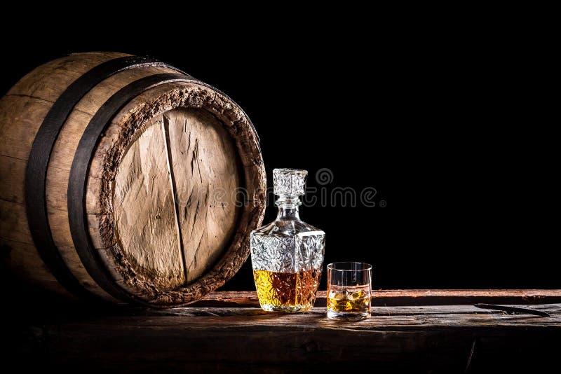 Vidro do uísque fino no porão da destilaria imagens de stock