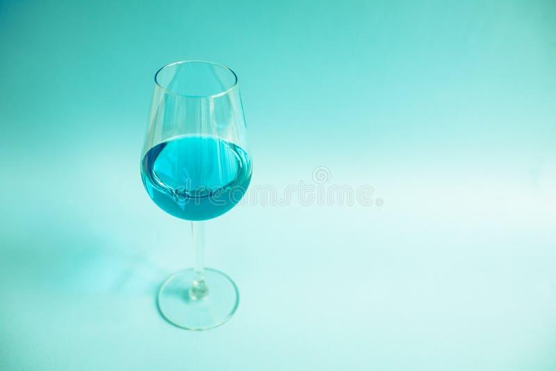 Vidro do vinho azul natural foto de stock royalty free