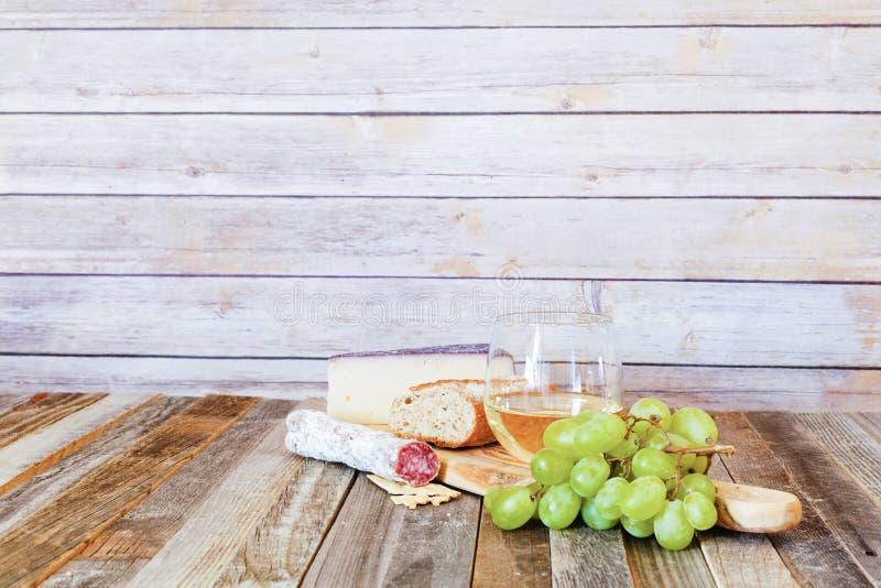 Vidro do vinho branco com aperitivos fotos de stock